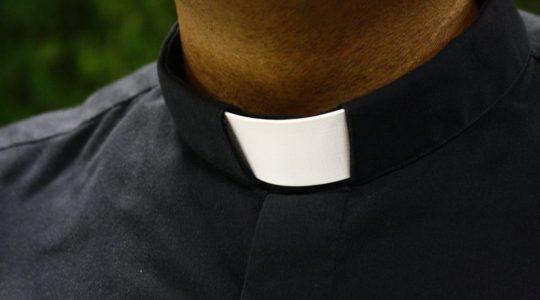 Zdjęcie stroju duchownego to to samo, co usunięcie krzyża przydrożnego, aby już nie przypominał Boga.