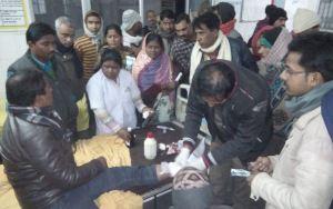 पत्रकार के पैर से गोली निकालते डॉक्टर