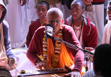 KKS leading kirtana in Vrndavana