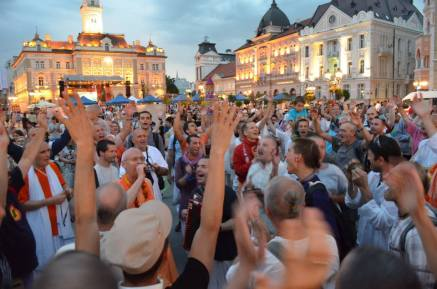 Fighting with the loud stage at the main square