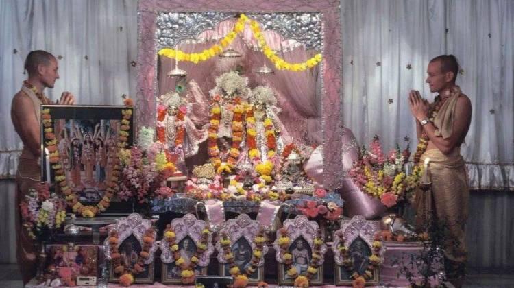 Pujaris_Mayapur