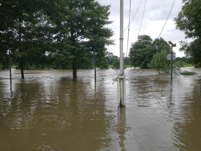 Die Wiese am Bootshaus steht fast vollständig unter Wasser.