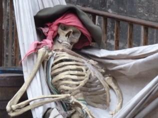 Mystica Hameln, Piratenskelett, Skelett, Pirat, schlafend, Hängematte