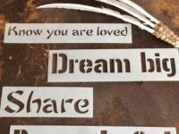 moederdrum onder tekst know you are loved dream big share be grateful smudgeveer zwaan
