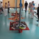 groep mensen zaal yoga matte instrumenten