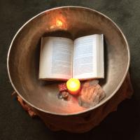 Klankschaal doek boek kaars dobbelsteen schatkist veer