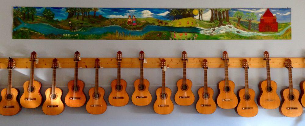 Bild 1 | Gitarren aufbewahren (lange Wand)