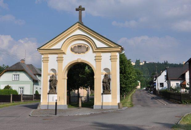 Vstupní portál v Králíkách na poutní cestě na Horu Matky Boží