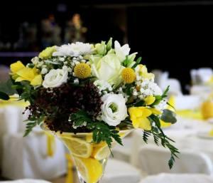 Cytrynowa dekoracja weselna Chojnice. Kraspedia, żółte wesele.  Klaudia Dekoracje Chojnice. Kompozycja na stół weselny. 10672177 878510712227160 2803303385747643337 n e1545294076615