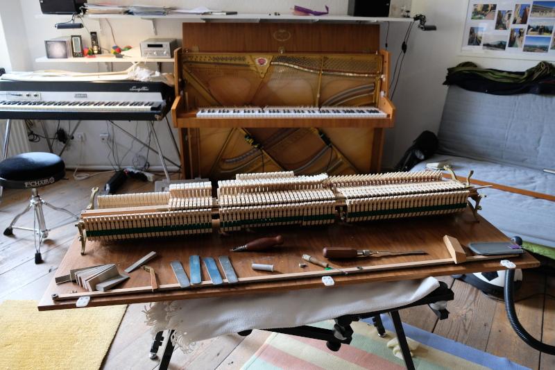 Klaviermechanik herausgebaut, Werkzeuge des Klavierbauers.