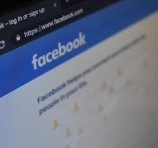 schermo di un computer con pagina facebook