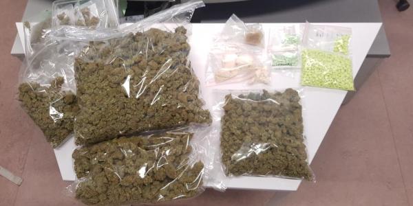 2.710 Gramm Drogen, 994 Pillen und Bargeld in Wohnung gefunden