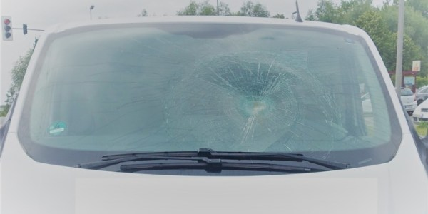 Radfahrerin missachtet rückwärtigen Verkehr – Schwere Kopfverletzung