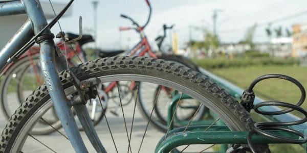 Fahrraddieb schiebt Leeze während der Fahrt