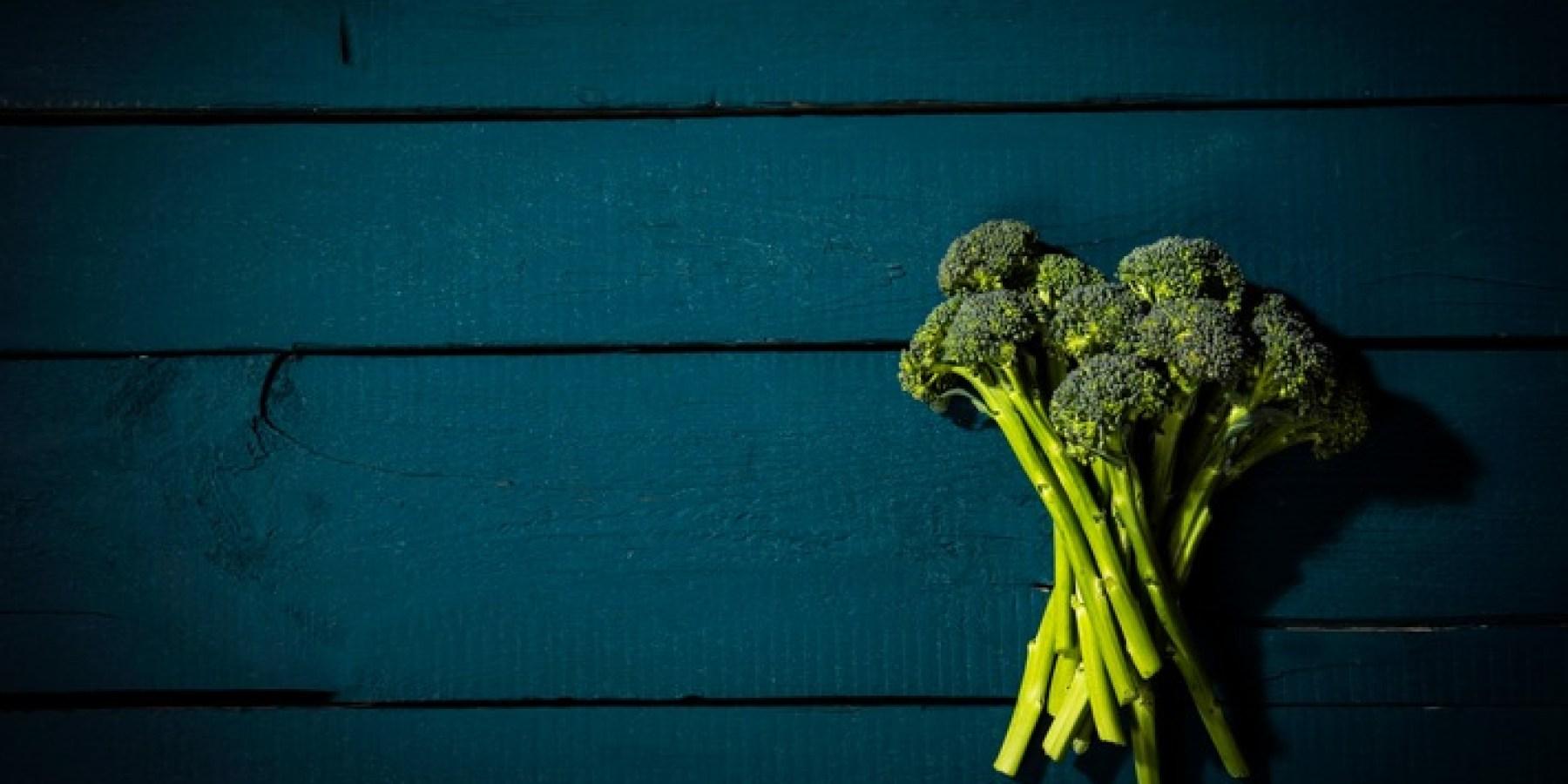 Brokkoli vor dem Kochen klein schneiden und etwas liegen lassen