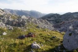 Kleine Wiese mit Schlafsack in der Morgensonne