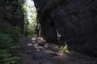 Weg entlang einer Felswand