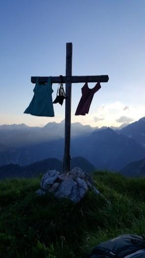 Gipfelkreuz mit aufgehängten TShirts