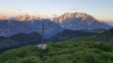 Gipfelkreuz mit Watzmann in der Morgensonne