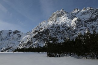 Gewaltige Schneemengen hängen an den Bergflanken