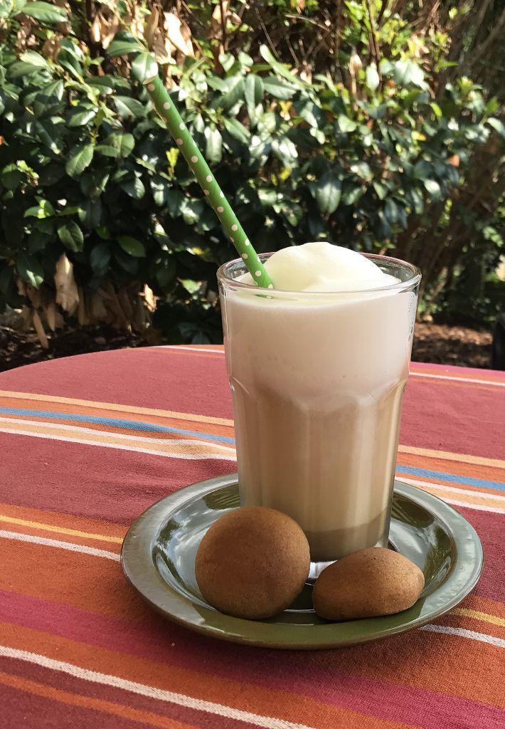 Milchschaum auf Café Latte mit Appenzeller Gebäck