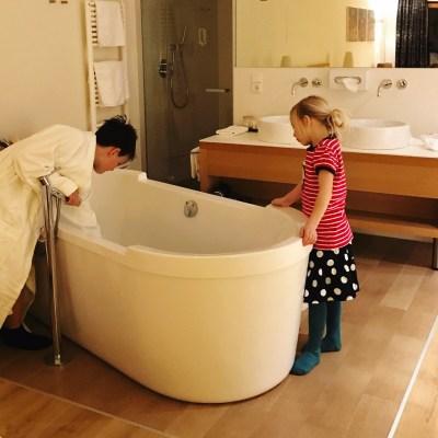 Badewanne mitten im Zimmer - wie toll!