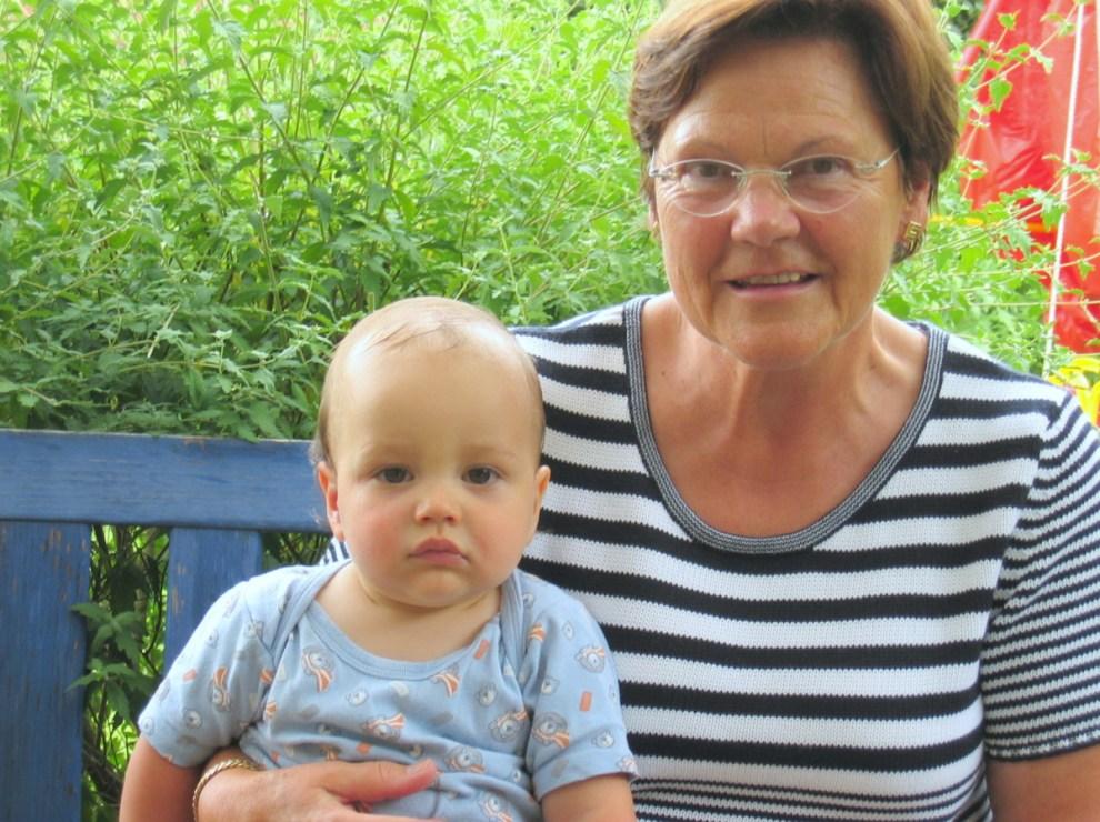 Oma mit Enkelkind