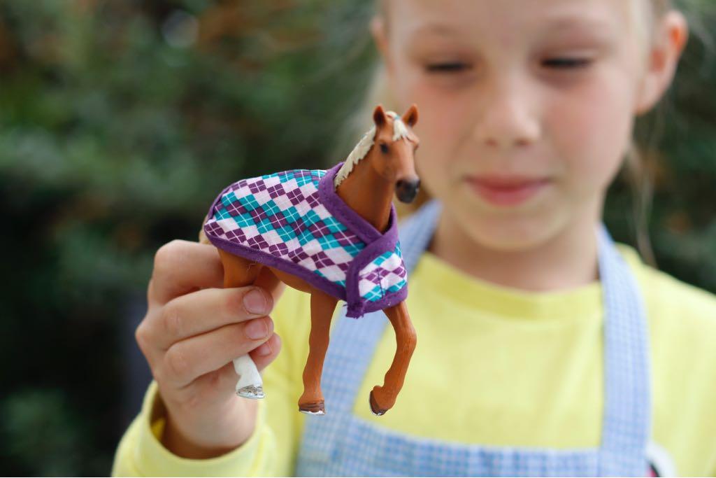 Mädchen mit Schleich Pferd