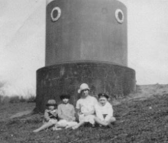 Dieses Foto entstand wohl so um 1930. Es zeigt v.l. Ursel Klewinghaus, geb. Follstich; Dorte Kaschubat, geb. Jantzen; Leni Hildebrandt, geb. Büsching und Karl Jantzen