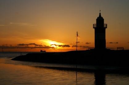 Sonnenuntergänge lassen sich am Wremer Kutterhafen in allen Farben beobachten (Foto: Arno Zier)