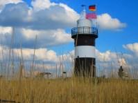An einem Tag mit Trauung (siehe rosa Flagge) einmal ein anderer Blick von der Mole durch's Gras (Foto: Manfred Goetz)