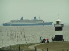 Noch so eine und mittlerweile nicht mehr im Kreuzfahrtbetrieb: Die Norway im April 2005 (Foto: Arno Zier)