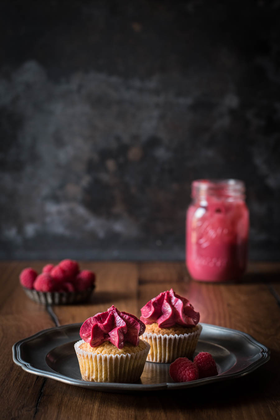 himbeer cupcakes mit cremiger f llung kleines kulinarium. Black Bedroom Furniture Sets. Home Design Ideas
