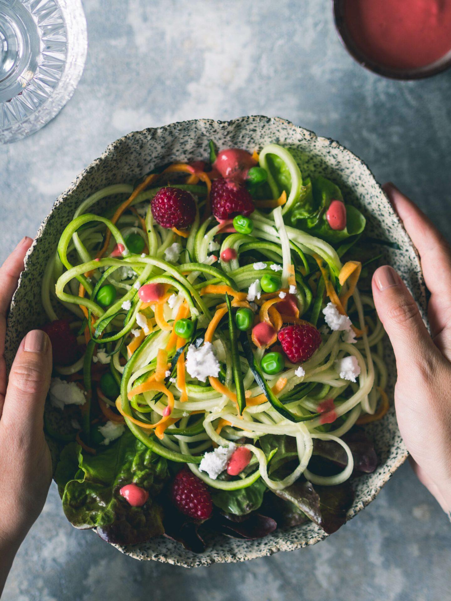 Zucchini Salat mit Himbeer Dressing