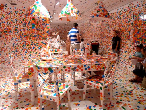 The Obliteration Room von Yayoi Kusama in der Gallery of Modern Art in Brisbane