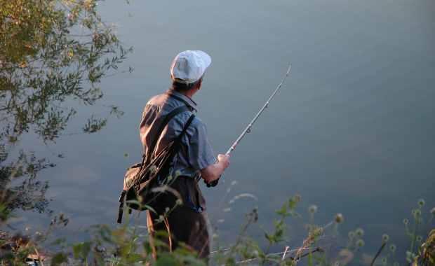 wędkarz łowiący ryby