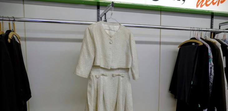 Dieses Kleid, so die Angestellte, sollte ein Andenken an die verstorbene Oma sein. Hinterher war Oma doch nicht so wichtig