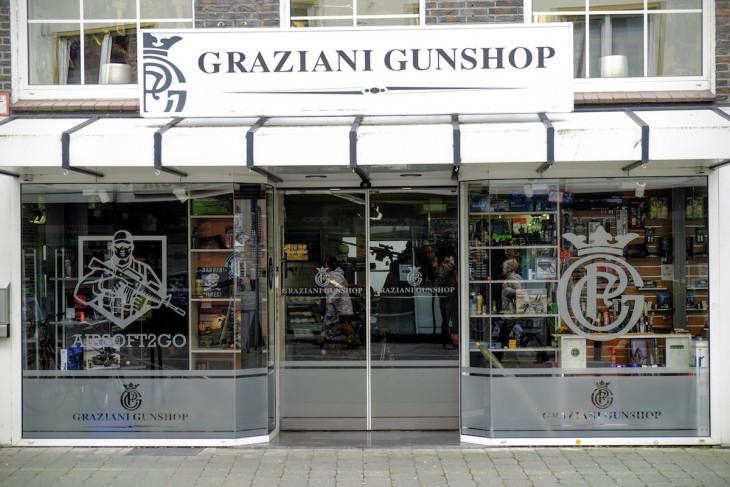 Tröstlich ist, dass der Mörser rechts im Schaufenster und das Maschinengewehr links wohl nur Attrappen sind, weil deren Verkauf in Deutschland strengen Reglementierungen unterliegt.