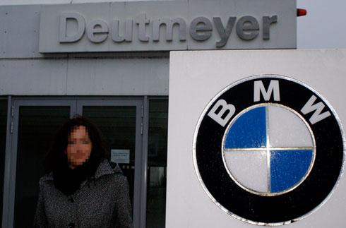Zur falschen Zeit am falschen Ort: Anne K. vor den Überresten des Autohauses Deutmeyer