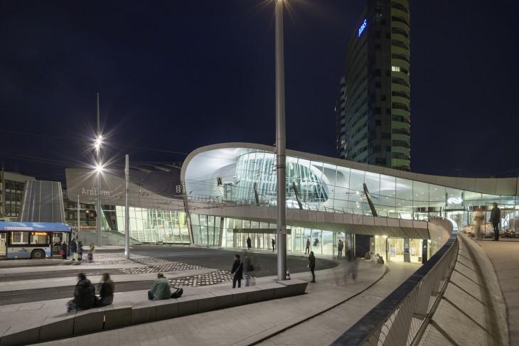 Nächtlicher Blick aufs Terminal (Foto © Ronald Tillemann)