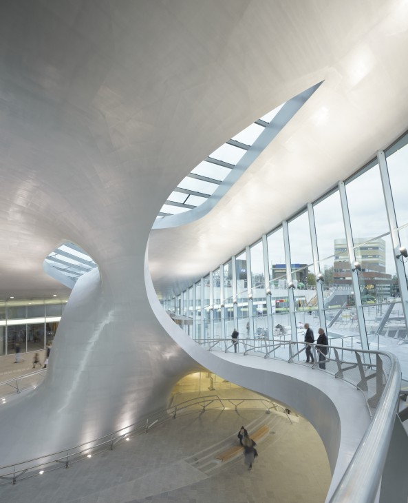 Schiffsbau für den Bahnhof: Eleganter Schwung im Arnheimer Terminal (Foto © Ronald Tillemann)