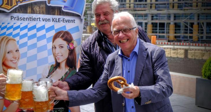 Bürgermeister Brauer: Jovialer Kümmerer (im Hintergrund Unternehmer Bernd Zevens)