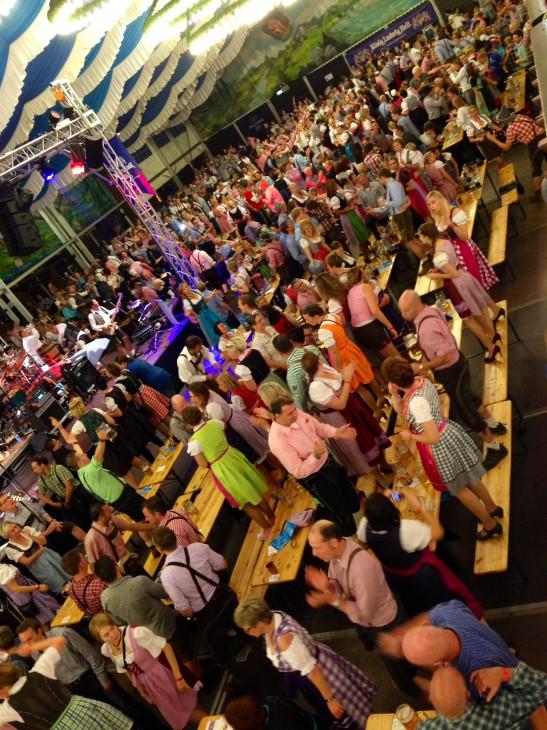 Gaudi, Dirndl, High Heels, Lederhosen: 2500 Frauen und Männer feierten den Auftakt des ersten Klever Oktoberfestes (Foto © Britta Schmitz)