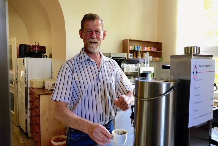 Rüdiger Hendricks mit einem Klassiker aus der Gerichtskantine, der Tasse Filterkaffee für 60 Cent