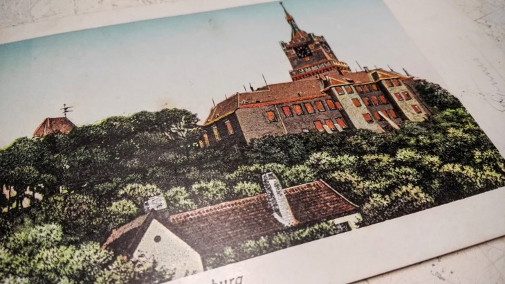 Für Auswärtige, die heimkommen: Alte Postkartenansichten Kleves, damit ein Stück Heimat bei einem bleibt. Ab ca. 5 Euro, dazu dann einen Rahmen kaufen (Antiquariat Zeitzeichen, Kleve)