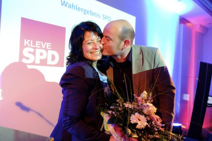 Erst kamen die offiziellen Gratulanten,  dann der wichtigste: Ehemann Achim gibt seiner Frau Sonja, soeben zur Bürgermeisterkandidatin von SPD, FDP und OK gekürt, einen Kuss