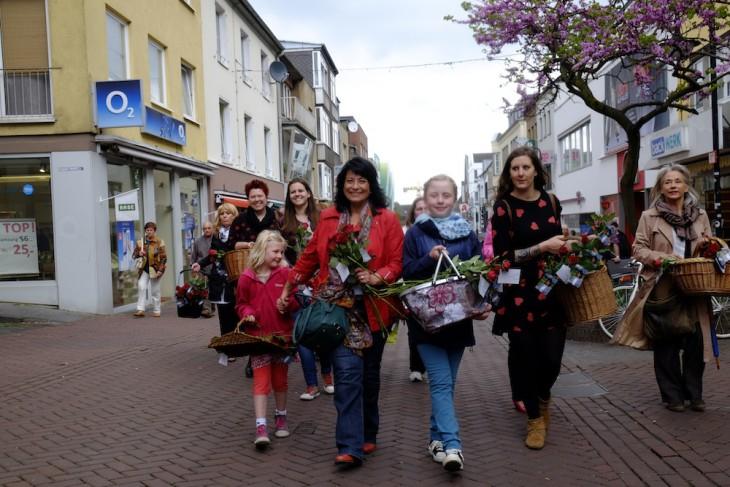 Floriade in der Fußgängerzone: Sonja Northing und ihre Helferinnen