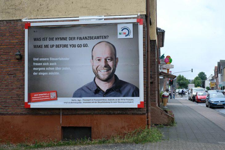 Ralf Gorissen als Blickfang an einer Hausfassade an der Emmericher Straße