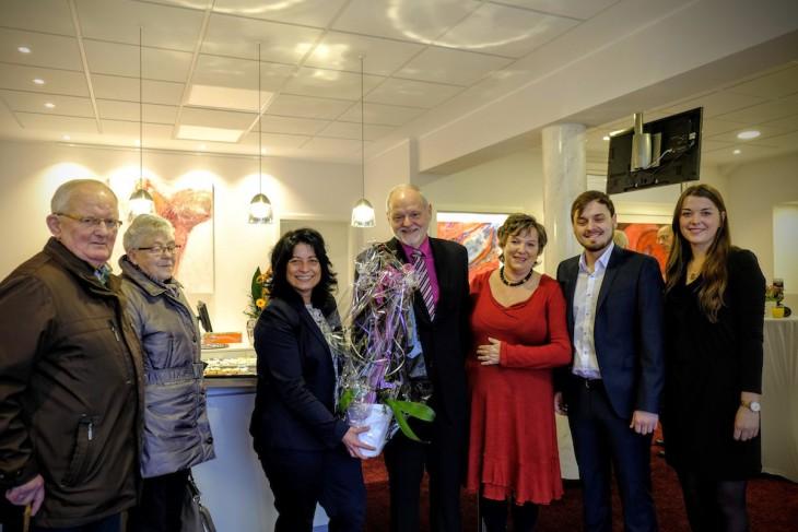 Orchideen von der Bürgermeisterin: Sonja Northing gratulierte Wolfgang Scheerer zur Eröffnung. Mit dabei waren erste Kunden, Andrea Scheerer, Filialleiter Sebastian Scheerer und Auszubildende Mona Scheerer