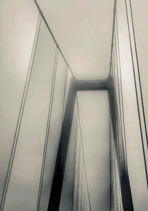 Das Beste aus einer Störung des Verkehrsflusses machen: Handy rausholen und ein in seiner Aufteilung perfektes Foto der Rheinbrücke im niederrheinischen Herbstnebel schießen (Foto: T. Stojevic)
